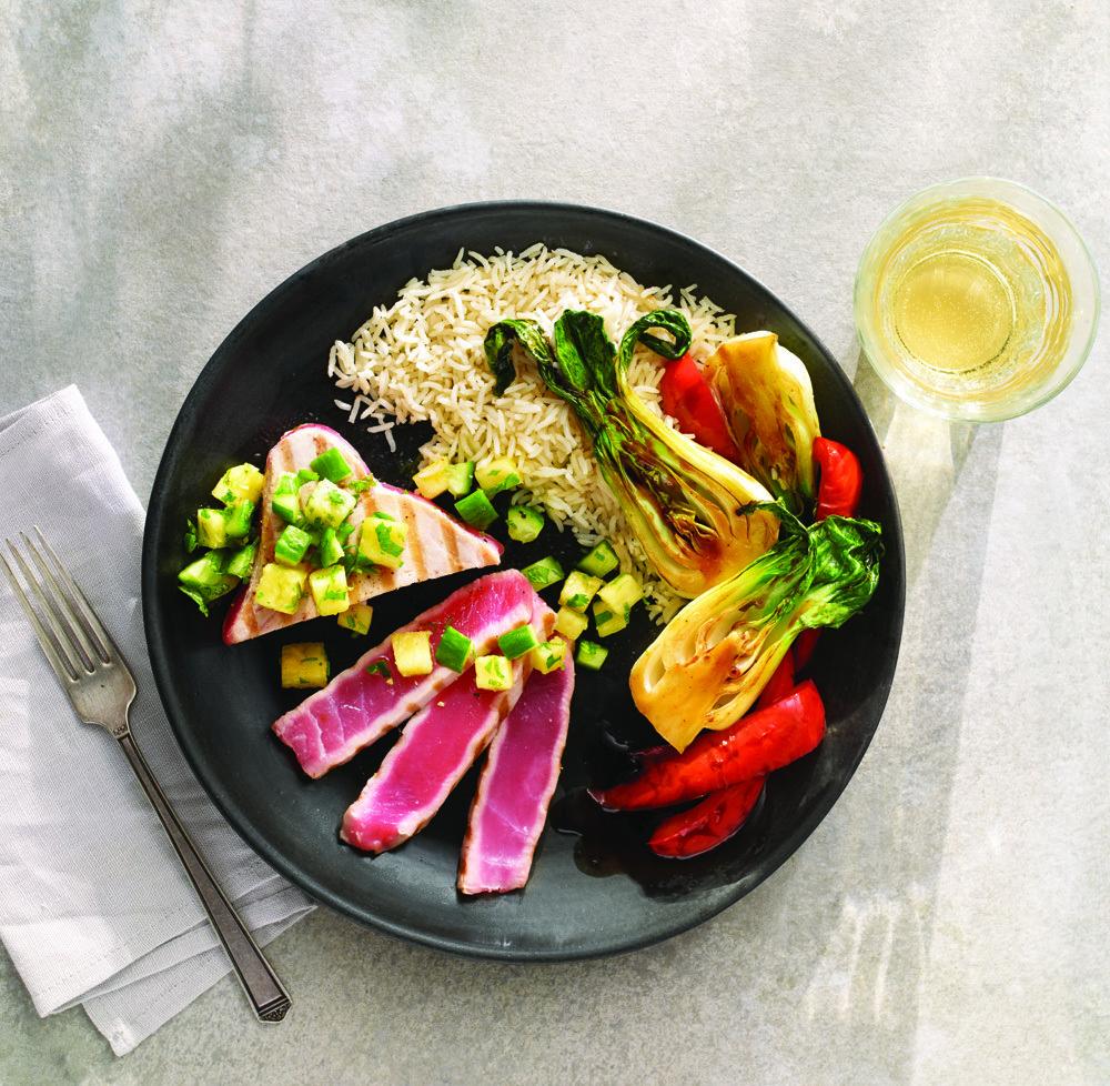 Darne de thon à l'ananas et au concombre avec légumes asiatiques grillés