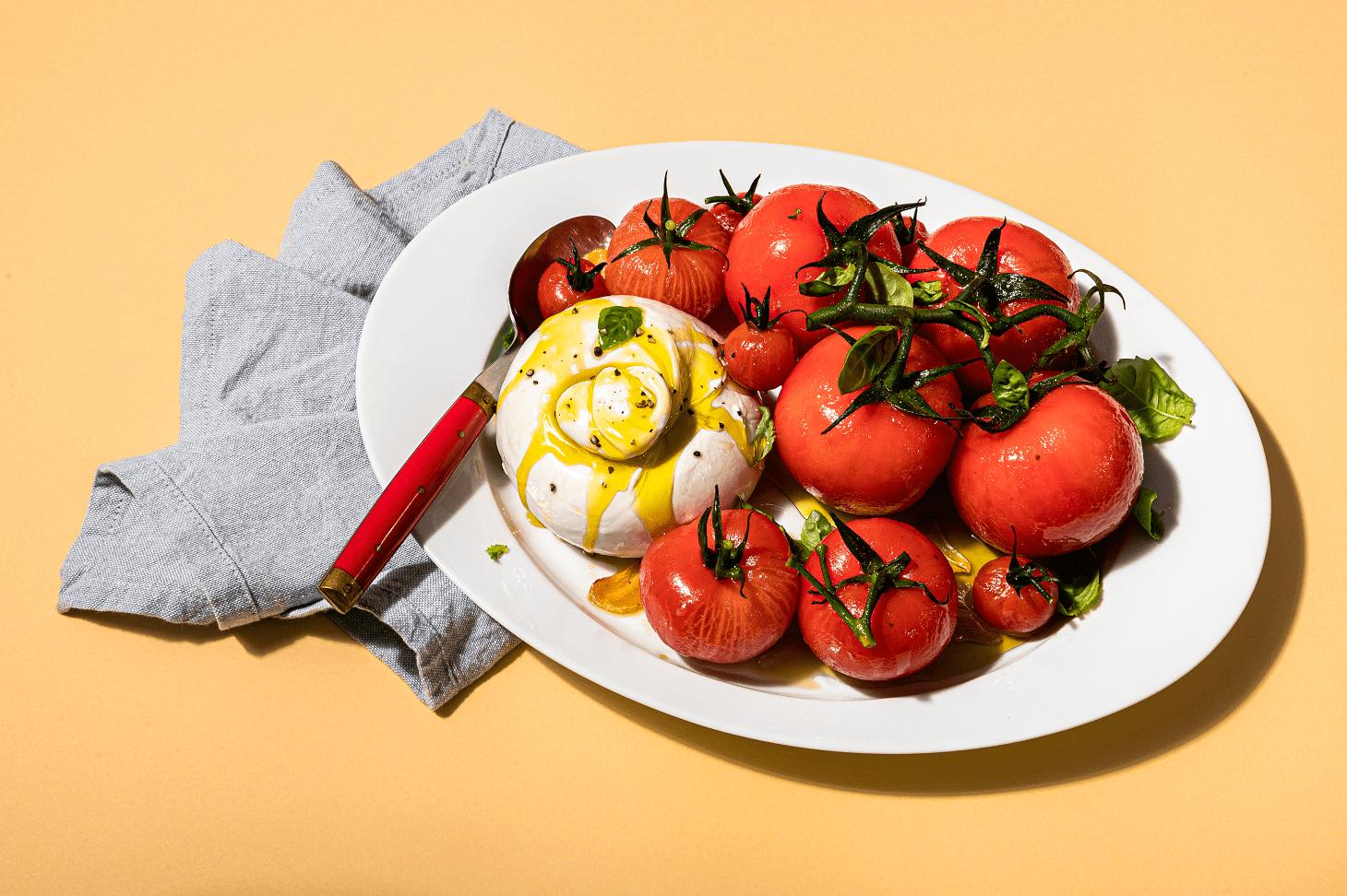 Salade de tomates pochées – huile ail – basilic – romarin et boule de fromage burrata